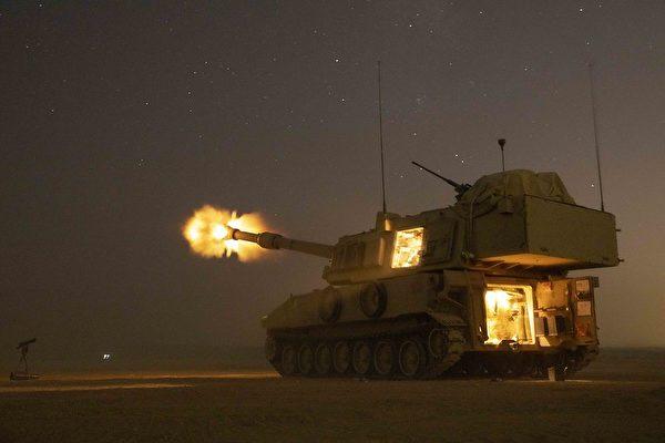 2019年8月27日,在約旦Eager Lion 』19演習中,美軍第4步兵師第29野戰砲兵團第3營操作M109A6自行火砲開火。(Spc. Angel Ruszkiewicz/美國陸軍)