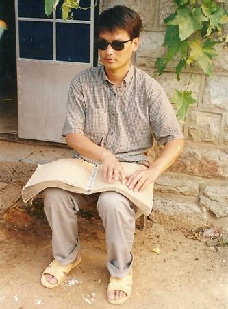 陳光誠18歲才上盲校的小學。(受訪人提供)