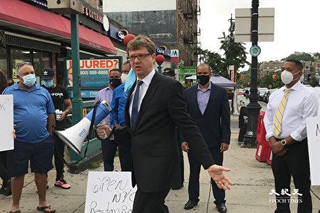 圖中手持喇叭者為紐約市長候選人阿倫‧福爾德瑙爾(Aaron Foldenauer)。