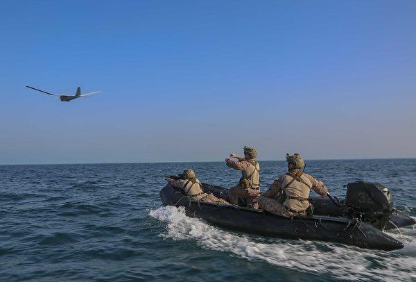 2020年5月24日,美軍第26海上遠征部隊突擊隊在阿拉伯灣的突擊艇上,發射了一架RQ-20 彪馬(Puma)無人機。(Cpl. Gary Jayne III/美國海軍陸戰隊)