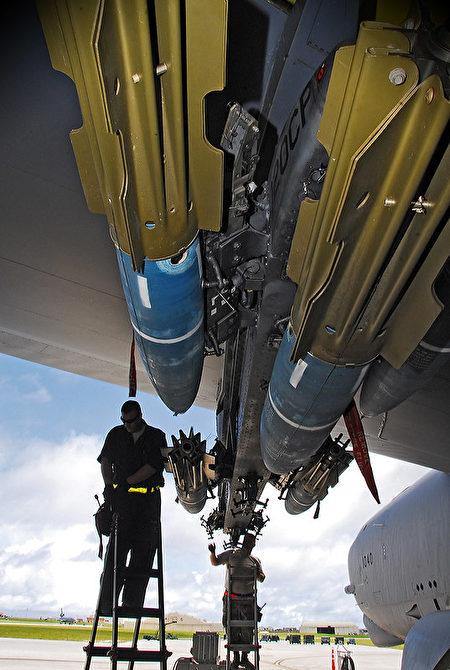 2010年9月14日,關島安德森空軍基地的美軍,正在把MK-62「迅擊」(Quickstrike)智能水雷裝載到B-52轟炸機上。(Staff Sgt. Jamie Powell/美國空軍)