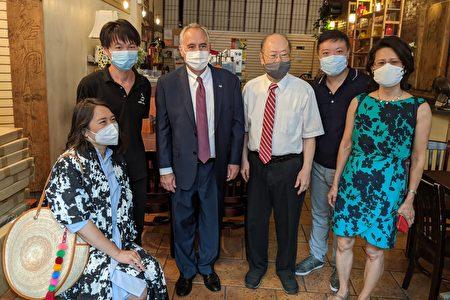 州眾議員牛毓琳(左一)、州主計長迪納波利(左三)和紐約中華公所主席於金山(右三)拜訪華埠的絲路茶館。