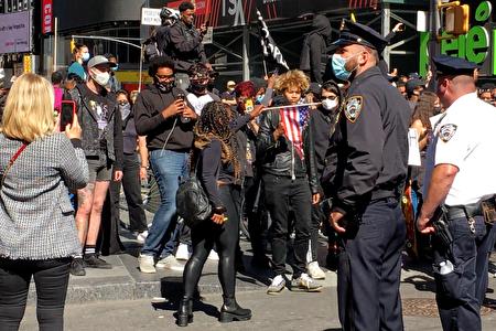 9月19日,「黑人命也是命」(BLM)支持者在時代廣場焚燒美國國旗。