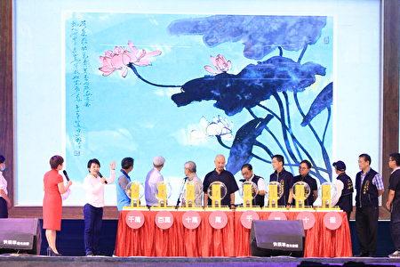 活動另也抽出藝術家許文融、廖本生致贈的「荷塘暗清香」、「黑白‧經緯20F-03」二幅名畫作品得主。