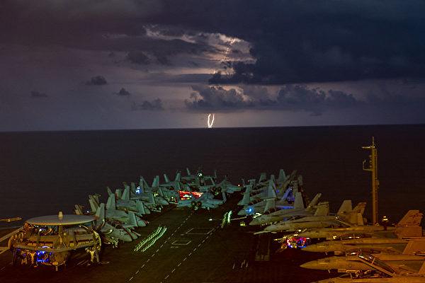 2020年7月4日,尼米茲號航母(CVN 68)和列根號航母(CVN-76)在南中國海進行雙航母夜間作戰演習。(Mass Communication Specialist 1st Class John Philip Wagner, Jr./美國海軍)