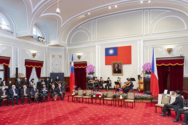 2020年9月3日,中華民國總統蔡英文追贈捷克共和國故參議長柯佳洛「特種大綬卿雲勳章」暨與現任參議長維迪齊會談活動相關圖片。(總統府提供)