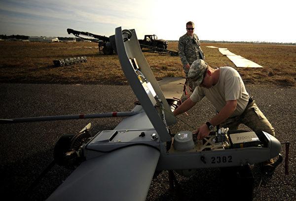 2011年3月7日,美國陸軍第10特種部隊小組在科羅拉多州卡森堡的無人航空系統部,正在分解一架RQ-7B暗影(Shadow)無人機。(SSgt Andy M. Kin/美國空軍)