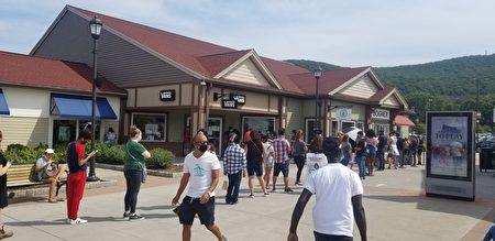 人們在商店外排長隊。