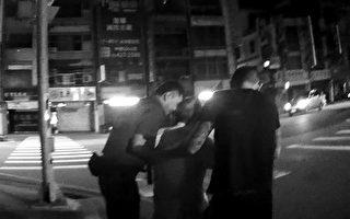 七旬迷途老翁癱坐路旁 暖警即時救援助返家
