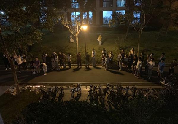 2020年8月18日,南京大學四組團18棟一博士四年級女生跳樓,晚上同棟樓的很多同學來樓下悼念她。(網絡)