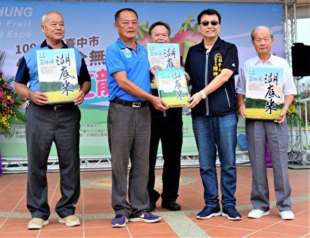 外埔农会捐赠3公斤装的湖底米800包给台中社会局,由社会局副局长陈仲良代表接受。