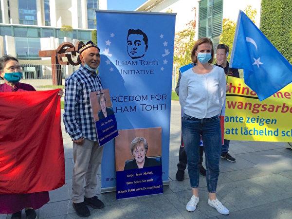 2020年9月14日,中歐視訊峰會舉辦期間,德國人權組織「為了被脅迫民族協會」(GfbV)舉辦抗議活動,要求歐盟代表必須向習近平提出人權問題。圖為德國議員顏森女士(右,Gyde Jensen,FDP)到場聲援。(大紀元)