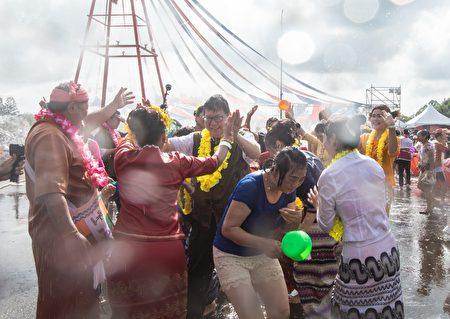 桃园市长郑文灿和与会来宾及民众互相泼水,彼此祝福。