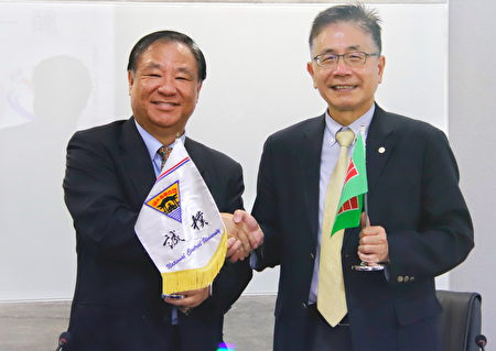 中央大學周景揚校長(右)與中國青年救國團葛永光主任(左)交換錦旗,象徵雙方的美好情誼。