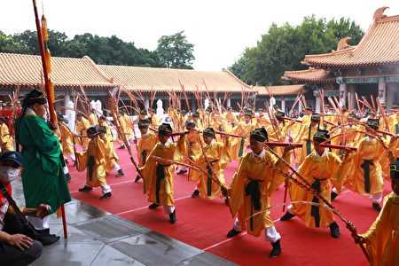 臺中祭孔大典年年以最高規格「八佾舞」祭祀,今年再度邀請力行國小66位學童擔任。
