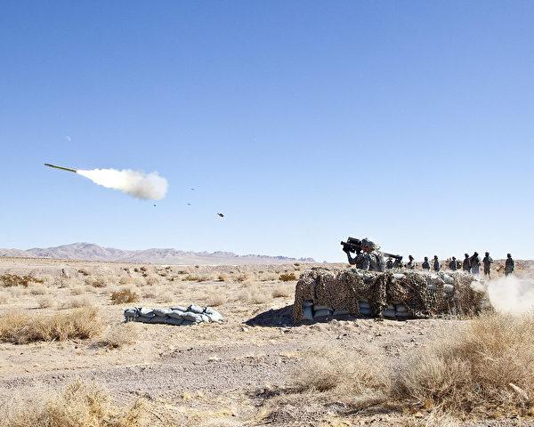 2012年月30日,美軍第11裝甲騎兵團士兵在演習中,向MQM-170 Outlaw無人飛機發射FIM-92刺針(Stinger)導彈。(Casey Slusser/美國陸軍)