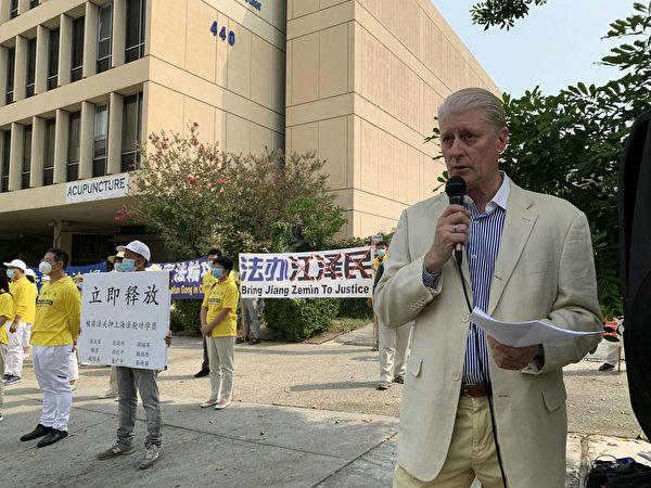 美西反活摘醫生協會代表丘吉爾醫生(Dana Churchill)發言。(姜琳達/大紀元)
