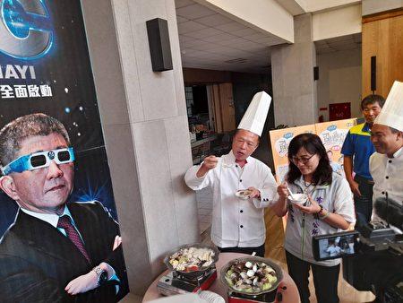 在嘉義縣2020虱目魚嘉年華會行銷記者會中,縣長翁章梁(左)、布袋鎮長陳鳳梅(右)一同品嚐現場的10道虱目魚宴特色風味餐,一致盛讚新鮮美味可口。