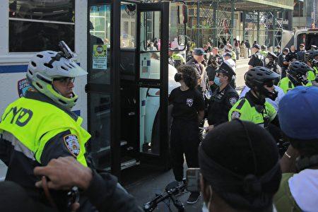 9月19日,「黑人命也是命」(BLM)支持者在時代廣場與紐約市警對峙後遭逮補。