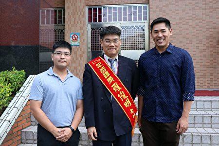 罗俊明主任桃李满天下,受表扬的重要时刻,其学生萧文彦(左)目前是民生国中数学老师;吴承翰(右)现于美国微软公司任职,几个月前回来台湾,特地前来祝福。