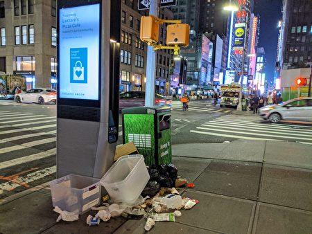图为纽约曼哈顿街边堆置的垃圾。