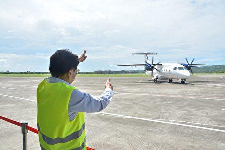 """菲律宾白金航空中型螺旋桨引擎客机,21日上午在恒春机场进行包机""""空机试飞"""",屏东县长潘孟安特地到场见证首架外国包机试飞。"""