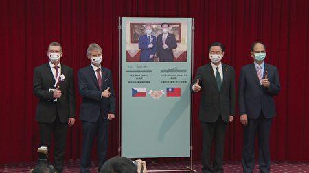 外交部长吴钊燮(右2)与捷克参议院议长维特齐(左2) 3日在外交部举行联合记者会,捷克台湾商会会长迪维什(左)与立法院长游锡堃(右)共同出席。