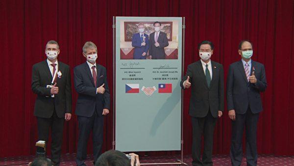 外交部長吳釗燮(右2)與捷克參議院議長維特齊(左2)3日在外交部舉行聯合記者會,捷克台灣商會會長迪維什(左)與立法院長游錫堃(右)共同出席。(李怡欣/大紀元)