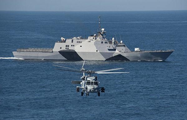 2013年2月22日,一架MH-60R海鷹直升機在一艘海上戰鬥艦自由號(LCS 1)前面飛行。(Mass Communication Specialist 1st Class James R. Evans/美國海軍)