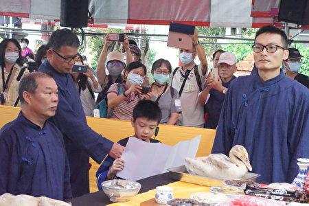 「2020桃園龍潭送聖蹟」祭典小朋友恭讀祝禱文。