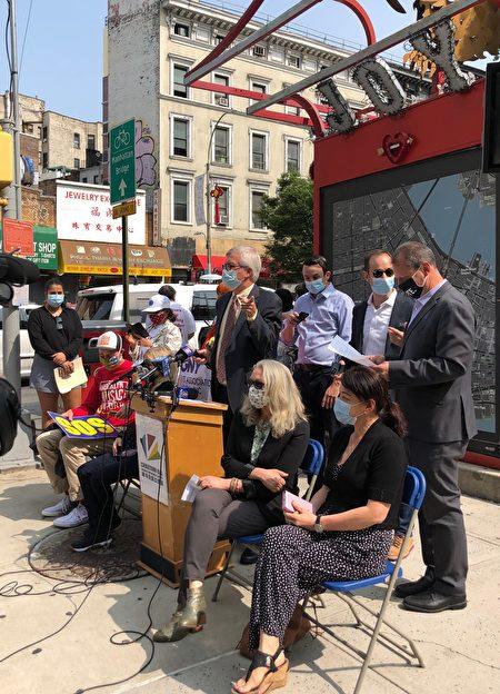 """9月15日下午,纽约部分小商家和民意代表在华埠信息亭集会,要求议员尽快通过""""小企业恢复租赁法案""""。"""