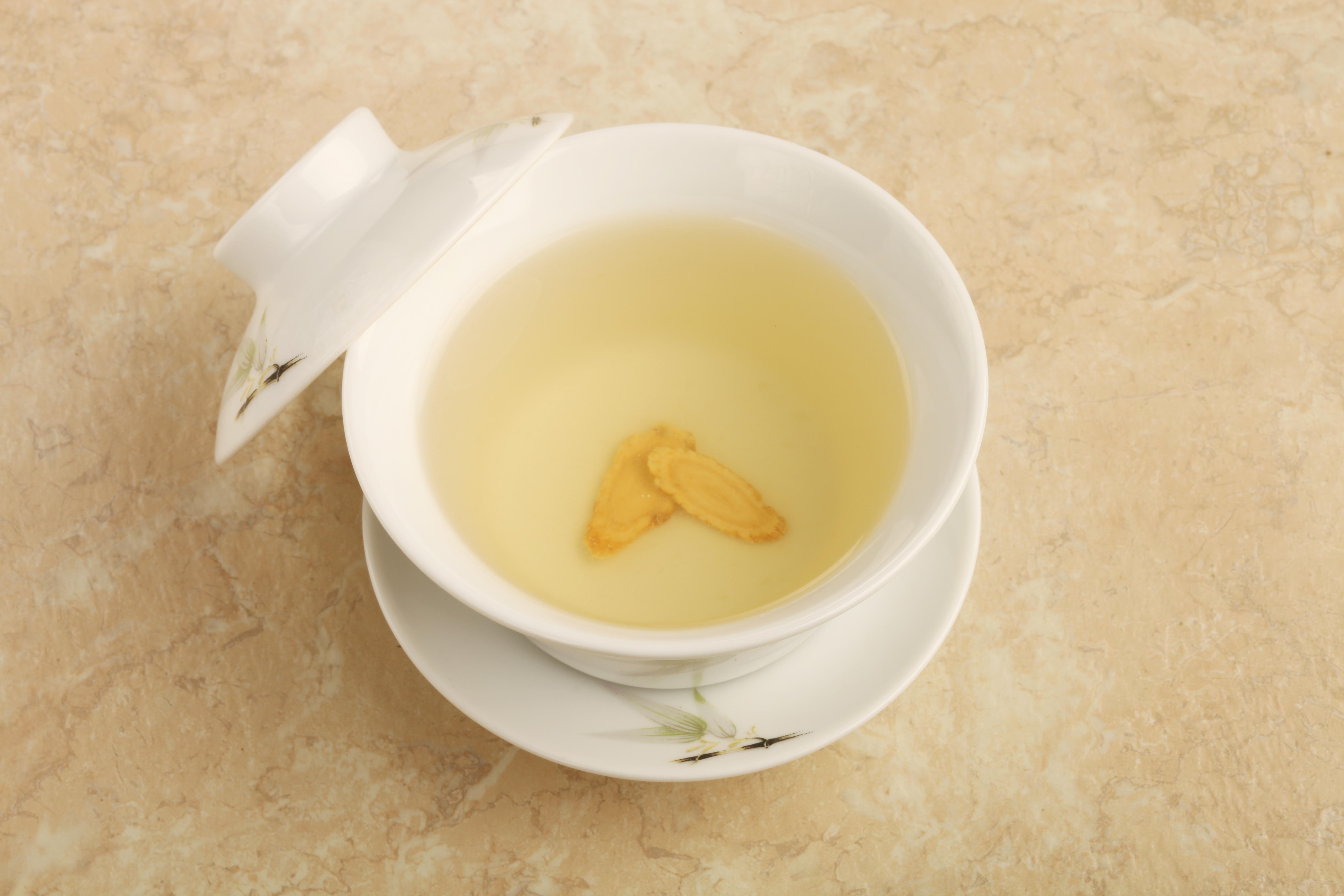 黃耆和茯苓泡水,有很好的消水腫功效。(Shutterstock)