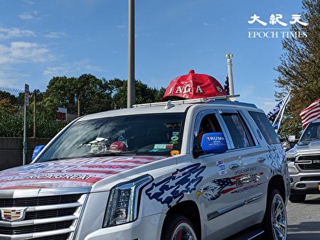 9月20日,川普總統支持者在高級休旅車上以美國國旗裝飾,還戴著自製「MAGA」帽子造型。