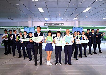 """台中捷运公司25日""""幸福绿漾""""记者会,发表运务、维修人员制服样式,展示春夏、秋冬不同款式。"""