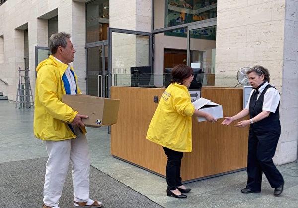 德國法輪大法學會負責人周蕾女士向德國外交部遞送了三萬五千名德國民眾的簽名,敦促德國政府關注中共活摘法輪功學員器官問題。(明慧記者雪莉提供)