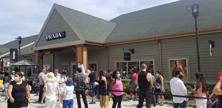 人們在PRADA門口排隊等待進店購物。