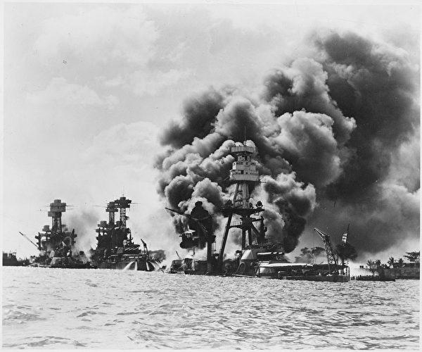 1941年12月7日,日軍襲擊了珍珠港,美軍受創的三艘戰艦,由左至右為西維珍尼亞號戰艦(重創)、田納西號戰艦(微創)、亞利桑那號戰艦(被擊中彈藥庫引發爆炸,後沉沒)。太平洋戰爭爆發,1945年8月15日,日本無條件投降。(公有領域)
