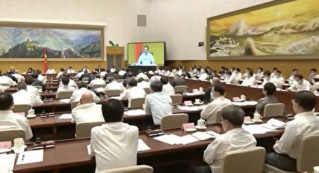 9月11日,李克強主持深化「放管服」改革電視電話會議,主席台上的人一律不帶口罩,但現場參加會議的其他人,卻都繼續戴著口罩。(影片截圖)