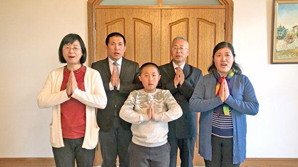 澳洲坎培拉部份法輪功學員恭祝師尊李洪志先生中秋快樂。(新唐人)