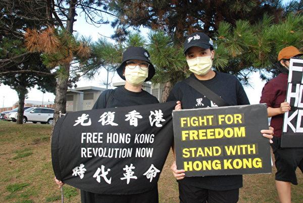 移民加拿大多年的AC女士(右)說:「我愛香港,我要為香港抗爭。」(伊鈴/大紀元)