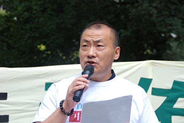 9月5日,70年後邵兵在集會上公開退出中共黨、團、隊。(伊鈴/大紀元)