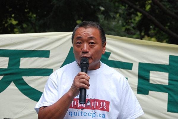 9月5日,來自遼寧的張玉成在集會上公開退出中共少先隊。(伊鈴/大紀元)