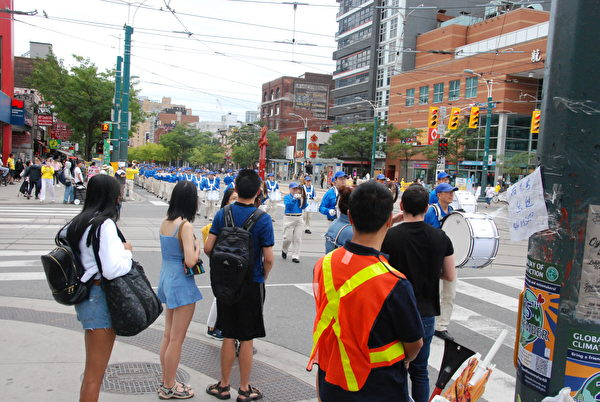 9月5日下午,大多倫多地區法輪功學員在市中心舉行集會、遊行,抗議中共對大陸法輪功學員的「清零行動」,呼籲各國政府發聲,制止迫害,解體中共。(伊鈴/大紀元)