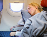 為何在飛機起飛和降落時 乘客不應該睡覺?