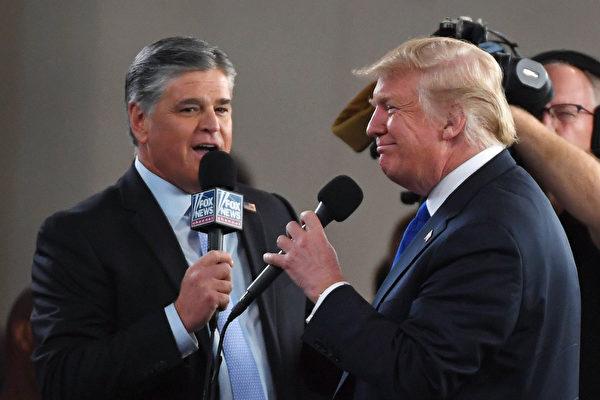 圖為霍士新聞頻道和廣播脫口秀節目主持人肖恩·漢尼提(L)在拉斯維加斯會議中心採訪美國總統唐納德·特朗普。( Ethan Miller/Getty Images)