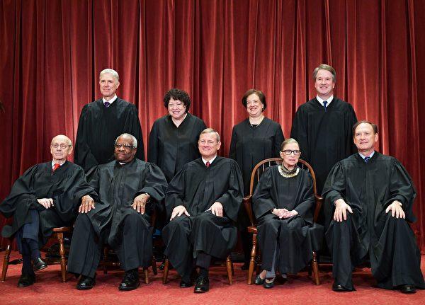 2018年11月30日,美國最高法院9位大法官合照。前排左起:佈雷耶(Stephen Breyer)、托馬斯(Clarence Thomas)、 羅伯茨(John Roberts)、金斯伯格(Ruth Bader Ginsburg)、阿里托(Samuel Alito); 後排站立者左起:戈薩奇(Neil Gorsuch)、索托馬約(Sonia Sotomayor)、卡根(Elena Kagan)、卡瓦諾(Brett Kavanaugh)。(MANDEL NGAN/AFP via Getty Images)