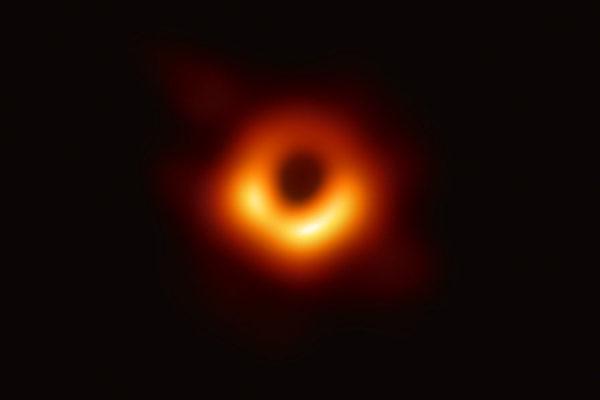 首个人类可见黑洞 在宇宙中发光和蠕动