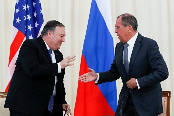 美國國務卿蓬佩奧(Mike Pompeo)與俄羅斯外長拉夫羅夫(Sergei Lavrov)。(PAVEL GOLOVKIN/AFP via Getty Images)