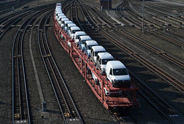 受到中美貿易戰和全球疫情影響,供應鏈的安全性成為重要考慮。圖為德國大眾汽車裝載運輸。(CHRISTOF STACHE/AFP via Getty Images)