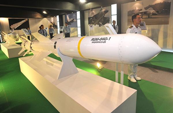 2011年8月10日,台北航空航天和國防技術展覽會開幕前一天,在台北世界貿易中心展示了一種美國製造的魚叉艦對艦導彈。(PATRICK LIN/AFP via Getty Images)